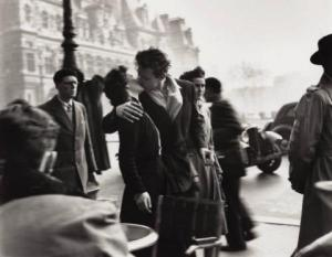 robert_doisneau_le_baiser_de_lhotel_de_ville_kiss_at_the_hotel