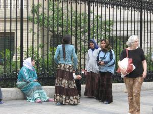 gypsies-rom-romanians-in-paris-L-71mpaC